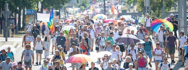 ?Querdenken?-Demonstration in Stuttgart - Foto: Sebastian Gollnow/dpa