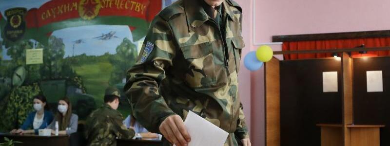 Stimmabgabe - Foto: Sergei Grits/AP/dpa