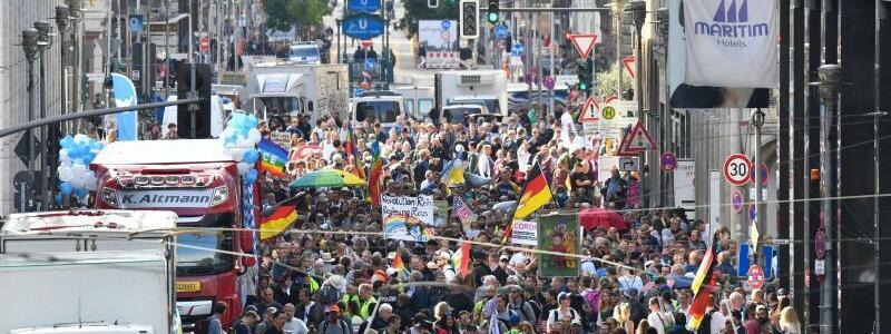 Demonstrationszug - Foto: Paul Zinken/dpa