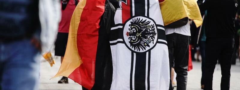 Reichskriegsflagge auf dem R?cken - Foto: Kay Nietfeld/dpa