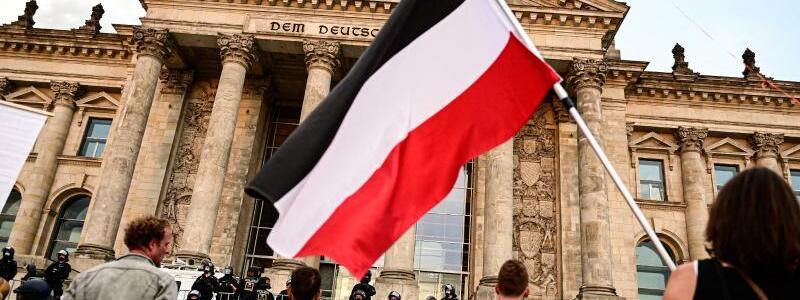 Reichsflagge vor Reichstag - Foto: Fabian Sommer/dpa