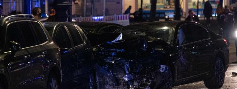 Unfall mit mehreren Fahrzeugen - Foto: Paul Zinken/dpa
