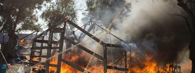 Zelte in Flammen - Foto: Socrates Baltagiannis/dpa