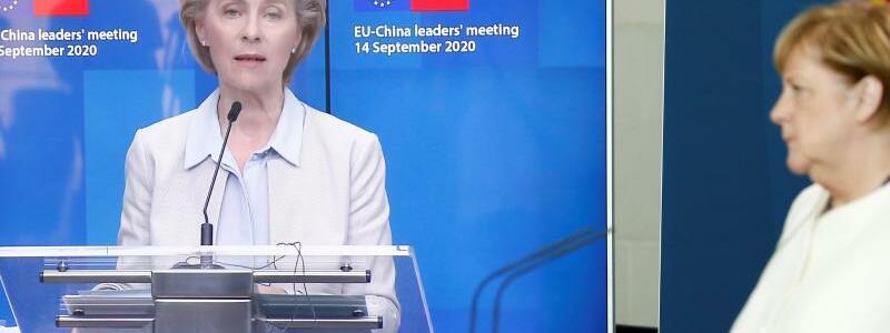 Video-Gipfel des Europ?ischen Rates - Foto: Im Anschluss an das virtuelle Gipfeltreffen mit Chinas Pr?sident Xi gibt Bundeskanzlerin Angela Merkel (CDU - M) im Kanzleramt eine Video-Pressekonferenz mit dem Pr?sidenten des Europ?ischen Rates und der Pr?sidentin der Europ?ischen Kommission, Ursula vo