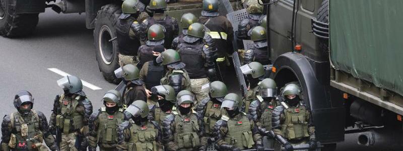 Polizisten in Minsk - Foto: -/AP/dpa