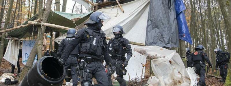 Polizeieinsatz im Dannenr?der Forst - Foto: Boris Roessler/dpa