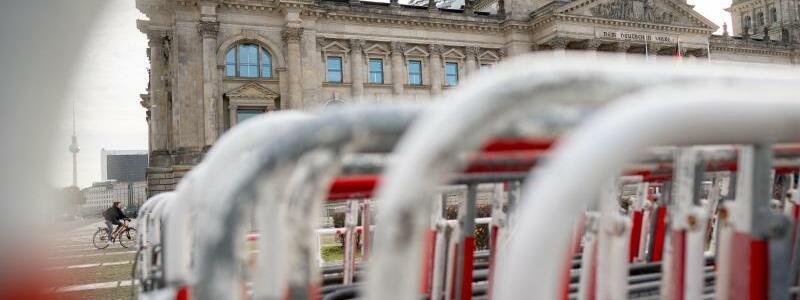 Absperrgitter vor Reichstagsgeb?ude - Foto: Kay Nietfeld/dpa