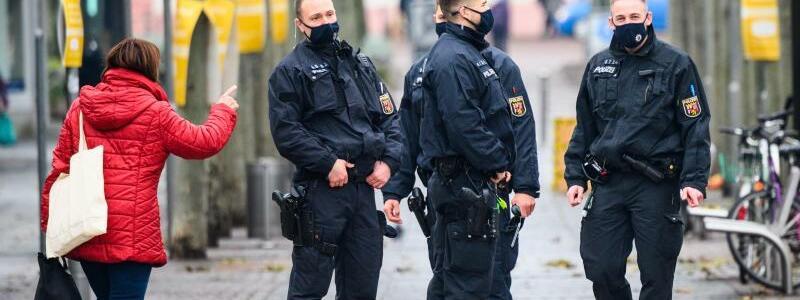 Maskenkontrollen - Foto: Andreas Arnold/dpa
