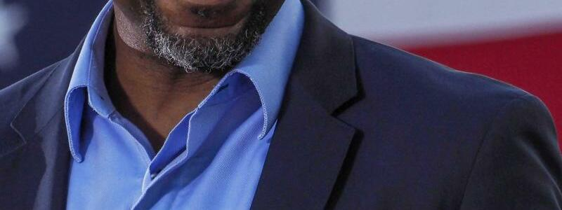 Raphael Warnock - Foto: Die US-Demokraten haben Prognosen von Fernsehsendern zufolge bei entscheidenden Stichwahlen im Bundesstaat Georgia um zwei Sitze im US-Senat einen Etappensieg erzielt. Der Kandidat Raphael Warnock setzte sich demnach gegen die Republikanerin Loeffler durc