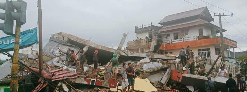 Erdbeben in Indonesien - Foto: Rudy Akdyaksyah/AP/dpa