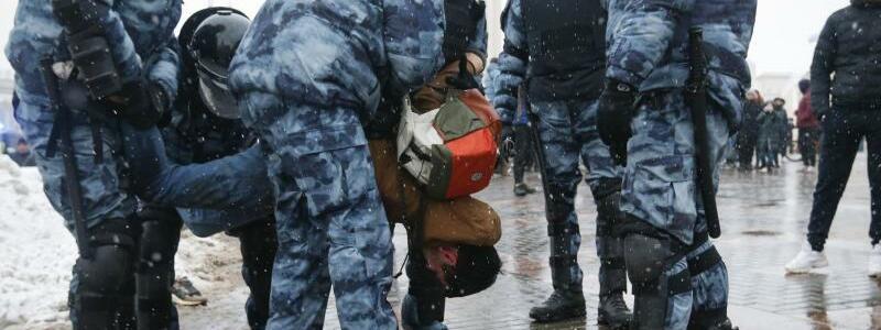 Festnahme - Foto: Alexander Zemlianichenko/AP/dpa