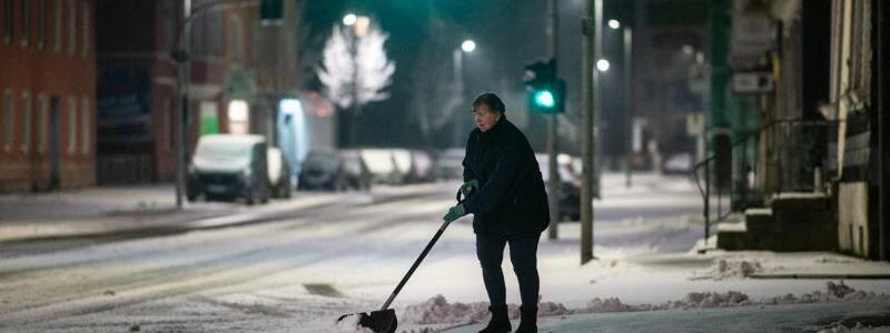 Schneeschippen - Foto: Jonas G?ttler/dpa