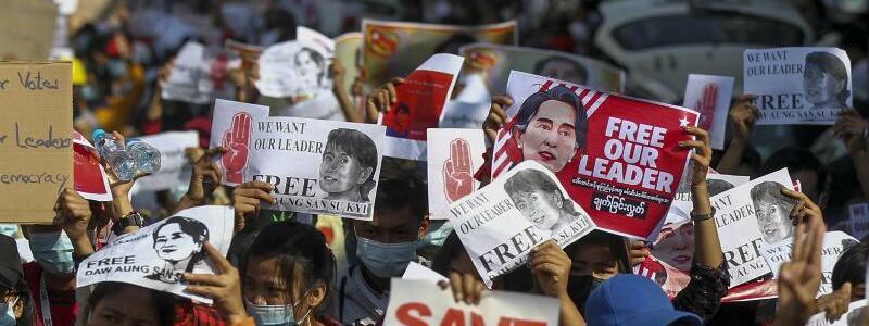 Protest gegen Putschisten - Foto: Str/AP/dpa