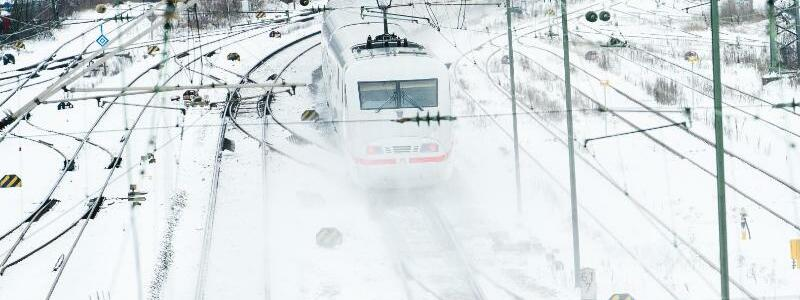 Bahnverkehr im Schnee - Foto: Nicolas Armer/dpa