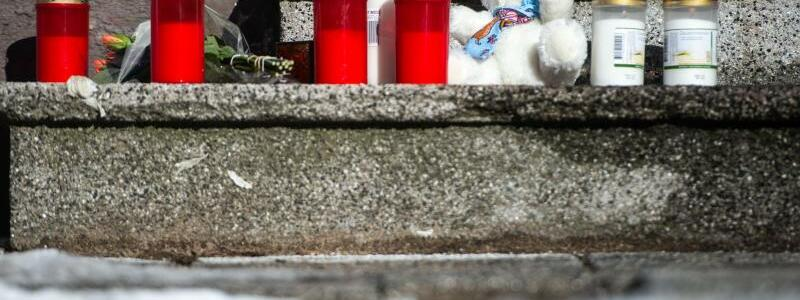 Trauer nach Hausbrand - Foto: Jonas G?ttler/dpa