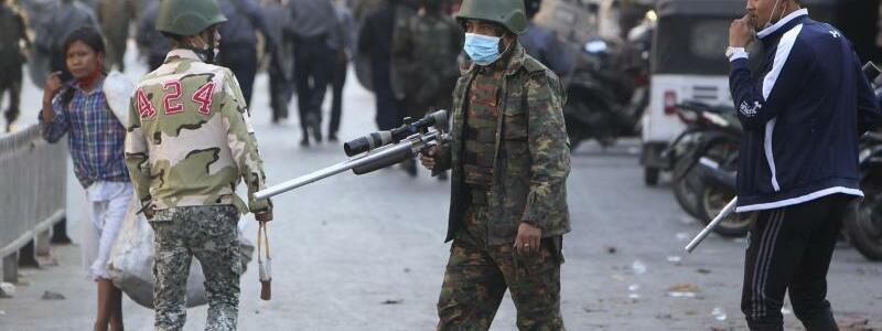Bewaffnet - Foto: Uncredited/AP/dpa