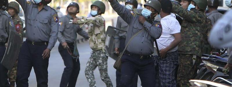 Schuss mit Steinschleuder - Foto: Uncredited/AP/dpa