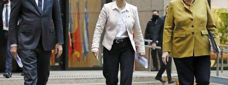 EU-Sondergipfel - Foto: Charles Michel, Pr?sident des Europ?ischen Rates, Ursula von der Leyen, EU-Kommissionspr?sidentin, und Bundeskanzlerin Angela Merkel kommen im Dezember 2020 am Ende eines Gipfeltreffens zu einer Pressekonferenz. Diese Mal findet das Treffen online statt.