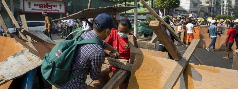 Demonstranten errichten Barrikaden - Foto: Thuya Zaw/ZUMA Wire/dpa