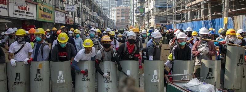 Mit Schild und Helm gegen die Polizei - Foto: Thuya Zaw/ZUMA Wire/dpa