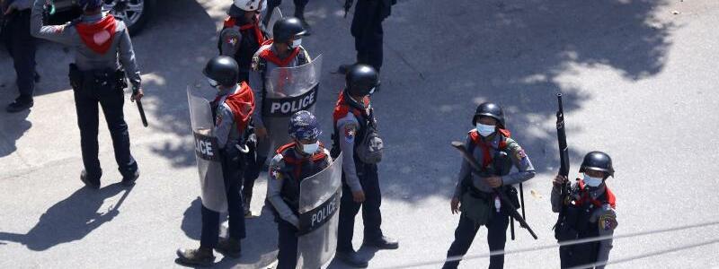 Polizei - Foto: Bereitschaftspolizisten stehen w?hrend eines Protestes gegen den Milit?rputsch auf einer Stra?e in?Yangon. Das Milit?r hatte sich vor rund einem Monat zur?ck an die Macht geputscht und die faktische Regierungschefin Aung San Suu Kyi unter Hausarrest geste