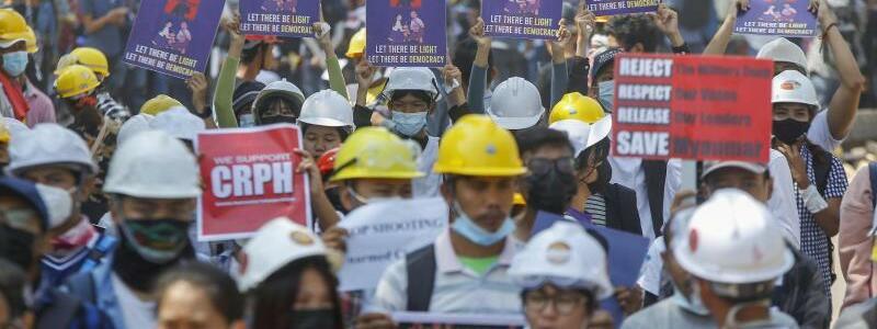 Anti-Coup-Demonstranten - Foto: Str/AP/dpa