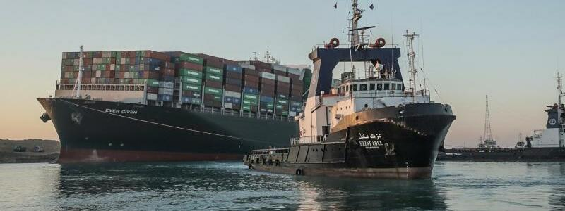 Containerschiff teilweise freigelegt - Foto: -/Suez Canal Authority/dpa