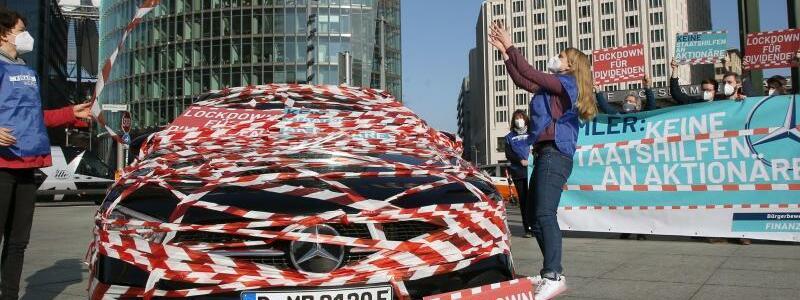 Protestveranstaltung zur Hauptversammlung der Daimler AG - Foto: Wolfgang Kumm/dpa