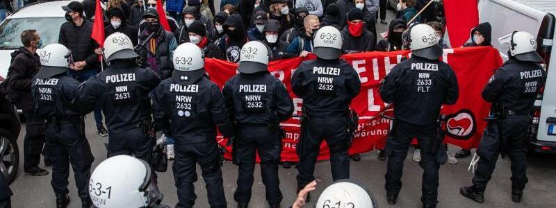 Gegendemonstranten - Foto: Christoph Schmidt/dpa