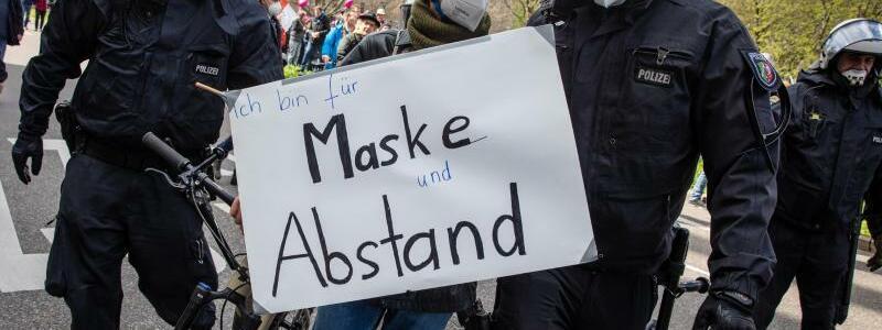 ?F?r Maske und Abstand? - Foto: Christoph Schmidt/dpa