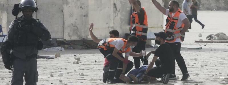 Sanit?ter-Einsatz - Foto: Mahmoud Illean/AP/dpa