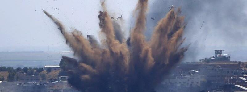 Raketeneinschlag - Foto: Hatem Moussa/AP/dpa