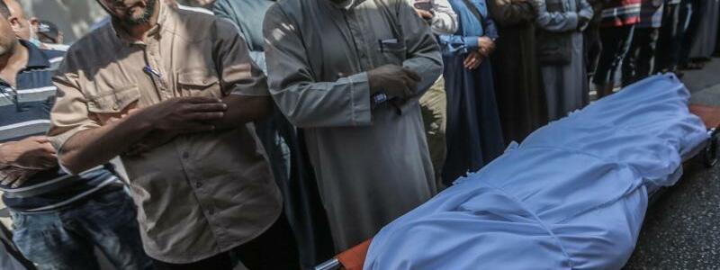 Bestattung - Foto: Mohammed Talatene/dpa