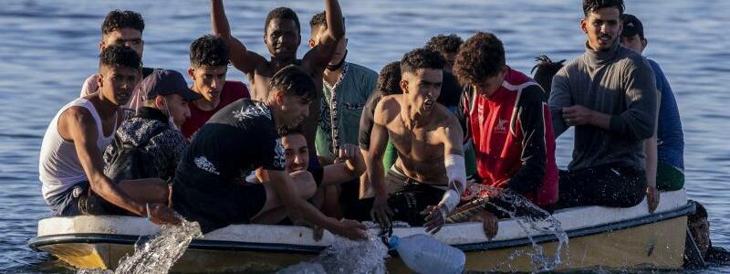 Migranten in Ceuta - Foto: Bernat Armangue/AP/dpa