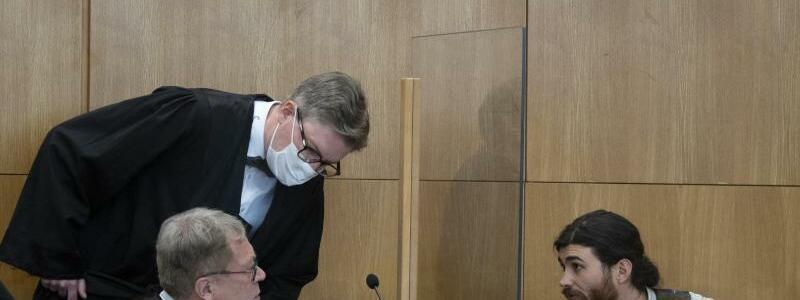 Angeklagter und Anw?lte - Foto: Boris Roessler/dpa