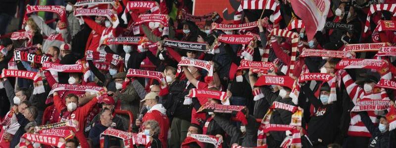 Fans in der Alten F?rsterei - Foto: Michael Sohn/POOL AP/dpa
