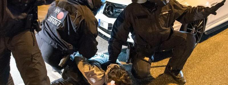 Polizeieinsatz in Hamburg - Foto: Daniel Bockwoldt/dpa