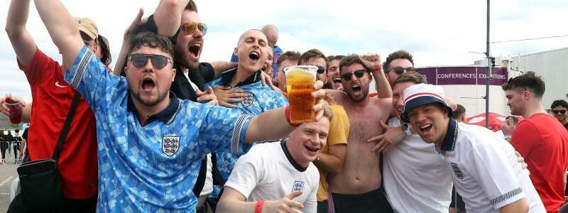 Englische Fans - Foto: Bradley Collyer/PA Wire/dpa
