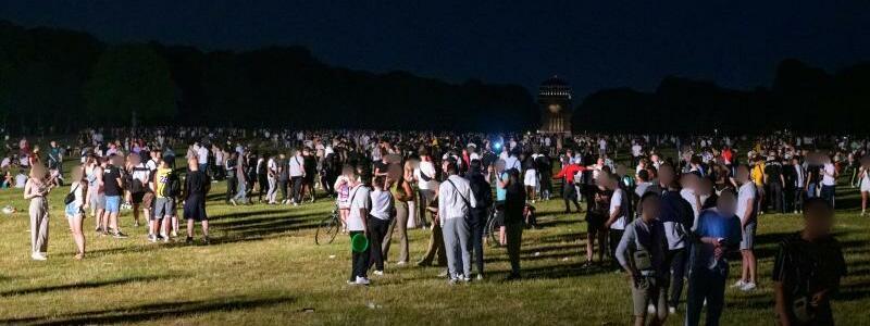 Polizei r?umt Party - Foto: Jonas Walzberg/dpa