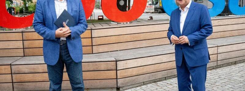 Markus S?der und Armin Laschet - Foto: Kay Nietfeld/dpa