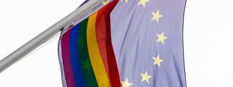 Regenbogen- und EU-Flagge - Foto: Christoph Soeder/dpa