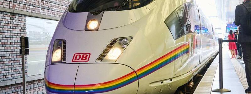 Regenbogen-ICE der DB - Foto: Annette Riedl/dpa