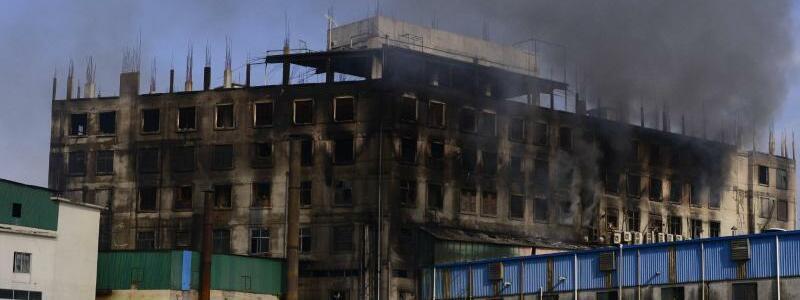 Fabrikbrand in Bangladesch - Foto: Mahmud Hossain Opu/AP/dpa