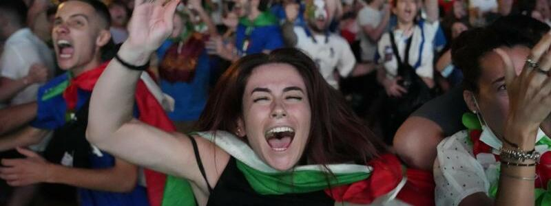 Italien-Fans in Rom - Foto: Alessandra Tarantino/AP/dpa
