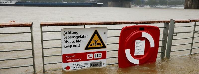 Regen in K?ln - Foto: Oliver Berg/dpa