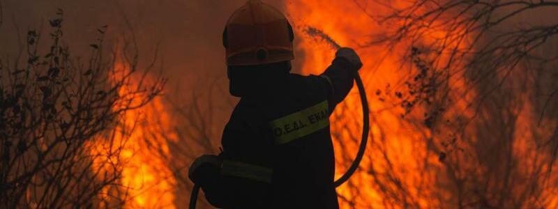 Kampf gegen die Flammen - Foto: Marios Lolos/XinHua/dpa