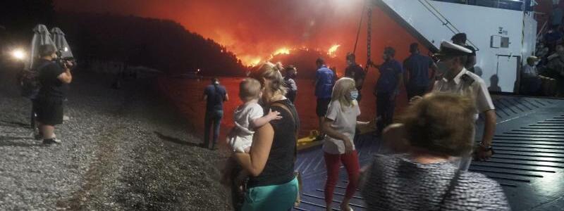 Flucht vor den Flammen - Foto: Thodoris Nikolaou/AP/dpa