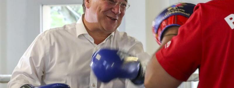 Armin Laschet im Boxring - Foto: Armando Babani/AFP-Pool/dpa