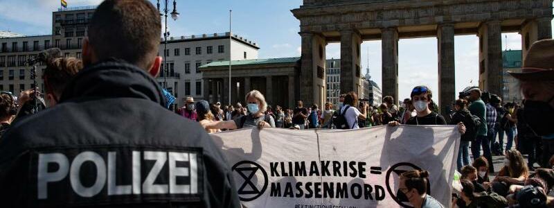 Protest am Brandenburger Tor - Foto: Paul Zinken/dpa