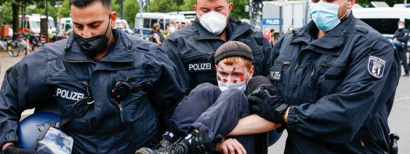 Polizeieinsatz - Foto: Gerald Matzka/dpa